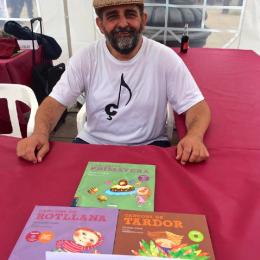 Noè Rivas signant llibres a l'Arc de Triomf de Barcelona